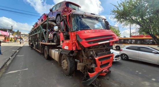 Acidente entre caminhão-cegonha e ônibus causa engarrafamento em Abreu e Lima
