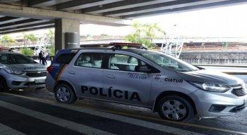 Viaturas da polícia no Aeroporto Internacional do Recife, na tarde desta sexta-feira (19)
