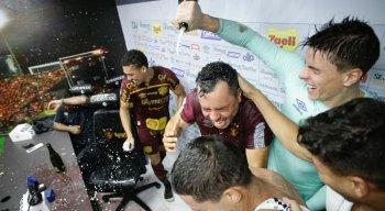 Jogadores do Sport dão banho de champanhe no técnico Jair Ventura