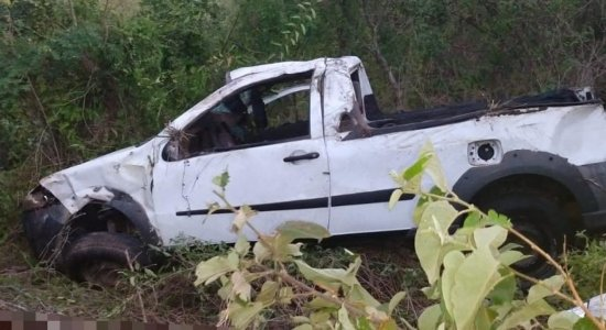 Três pessoas morrem e quatro ficam feridas em capotamento de carro na BR-232