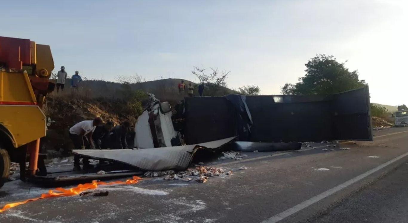 Caminhão que tombou na BR-423 estava com carga de massa de mandioca