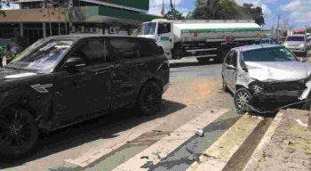 Os dois veículos se envolveram em acidente em Caruaru.