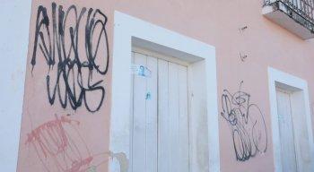 Um lugar histórico com marcas de vandalismo e abandono