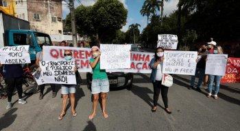 om faixas, cartazes e instrumentos musicais, os moradores fecharam a Avenida Liberdade