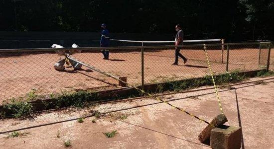 Homem morre eletrocutado ao tocar em poste de um parque