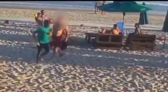 Garçom é baleado por cliente durante briga em um bar na praia; veja vídeo