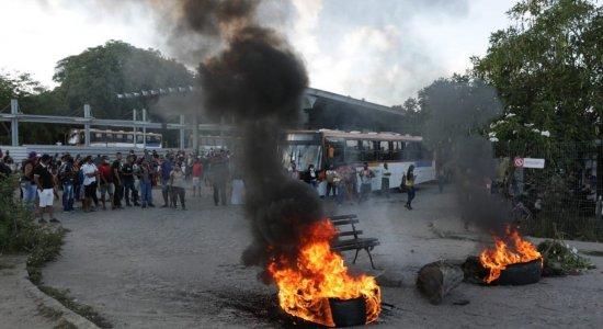 Usuários de transporte público fazem protesto e bloqueiam Terminal Integrado de Igarassu