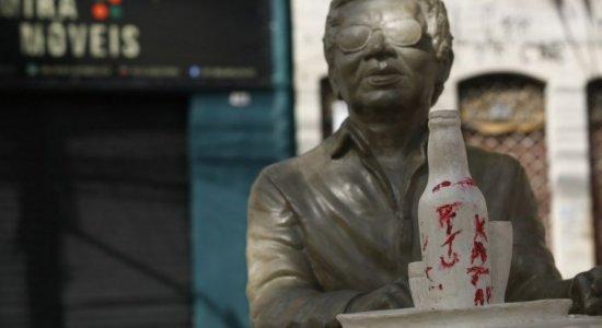 Menos de 1 mês após inauguração, estátua em homenagem a Reginaldo Rossi é alvo de pichação
