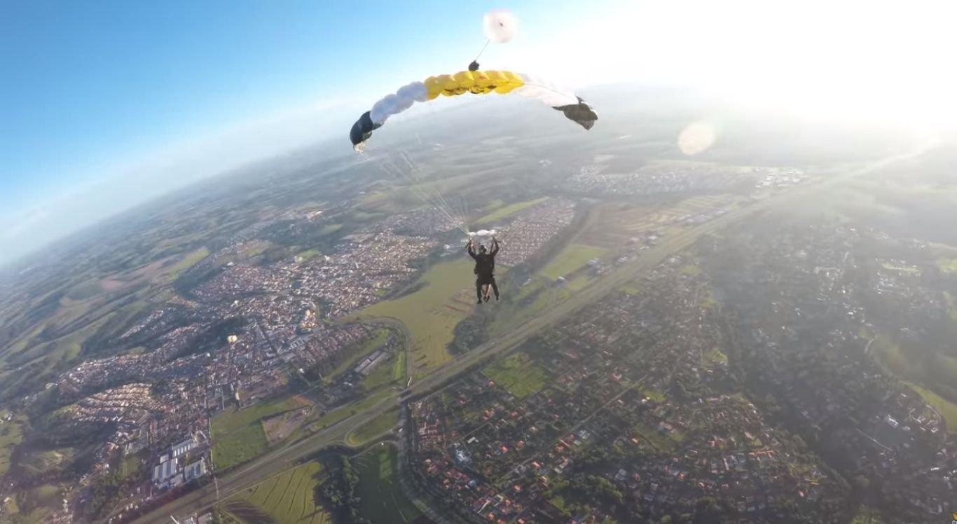Brasileiro saltou com o menor paraquedas do mundo