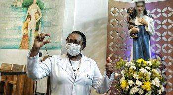 Enfermeira, Maria Angélica de Carvalho Sobrinho, foi primeira pessoa a tomar a vacina contra a Covid-19