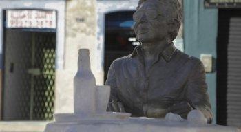 A prefeitura da cidade investiu R$ 35 mil para homenagear o cantor, que foi esculpido sentado em uma mesa de bar.