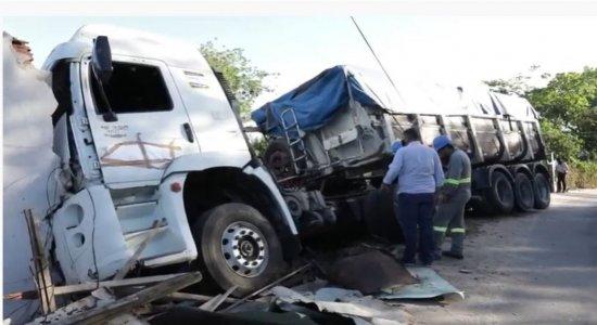 Após motorista perder controle, caminhão atinge duas casas em Paulista