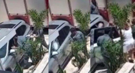 Bombeiros resgatam bebê preso em carro blindado; veja vídeo