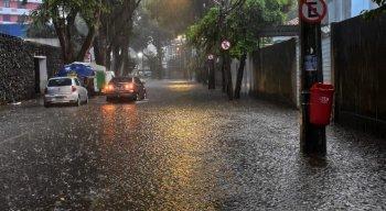 Rua do Espinheiro, na Zona Norte, amanheceu alagada