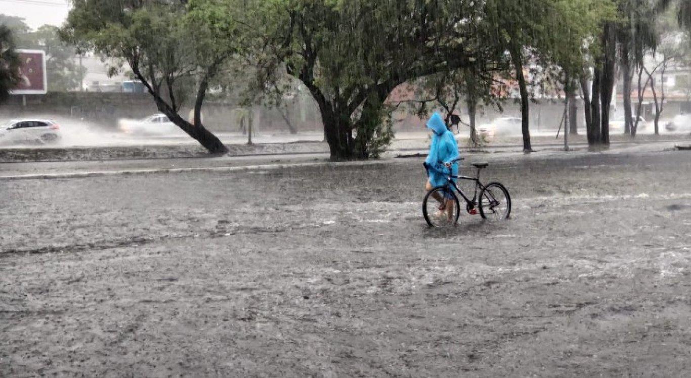 Forte chuva causou alagamentos no Recife na manhã desta sexta-feira