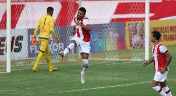 Kieza marcou quatro gols na goleada do Náutico em cima do Central