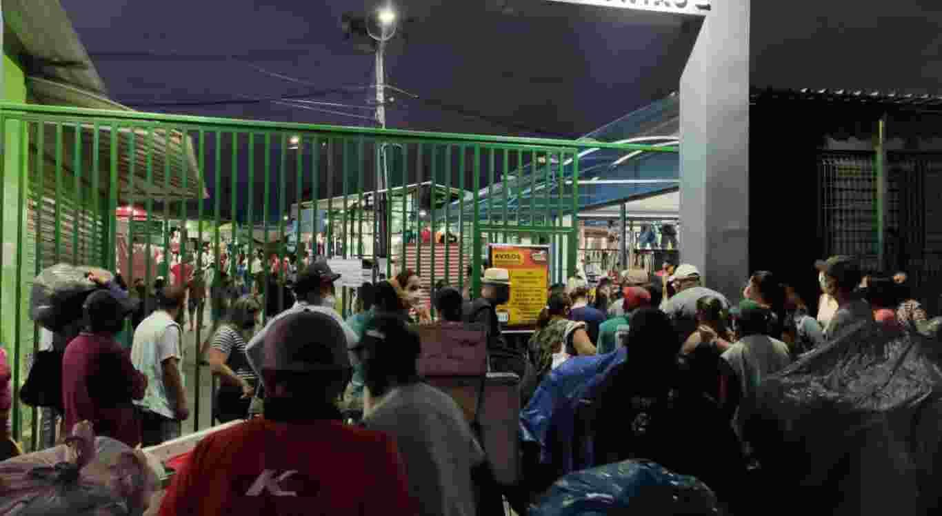 Feira da Fundac teve aglomeração antes da abertura.