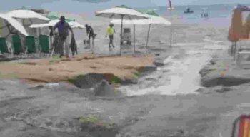 Esgoto na praia de Porto de Galinhas, em Ipojuca, no Litoral Sul de Pernambuco