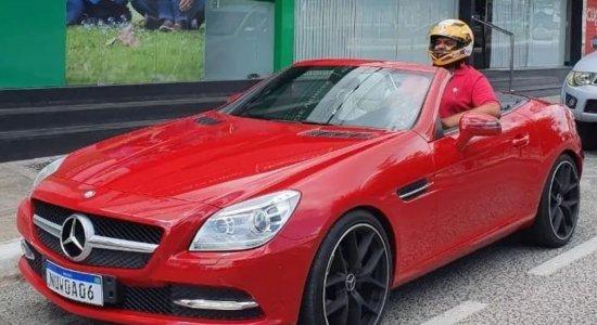 Homem compra carro conversível e acaba não cabendo no veículo; veja vídeo