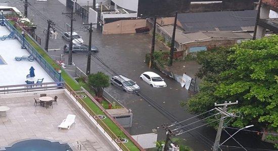 Fortes chuvas deixam rastro de destruição nas ruas do Recife