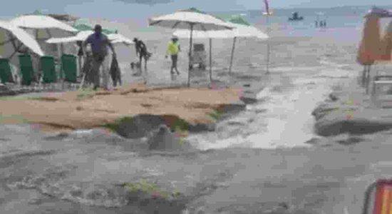 Vazamento de esgoto na praia de Porto de Galinhas, no litoral Sul de Pernambuco