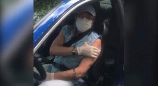 Aos 79 anos, Roberto Carlos recebe vacina contra a Covid-19.