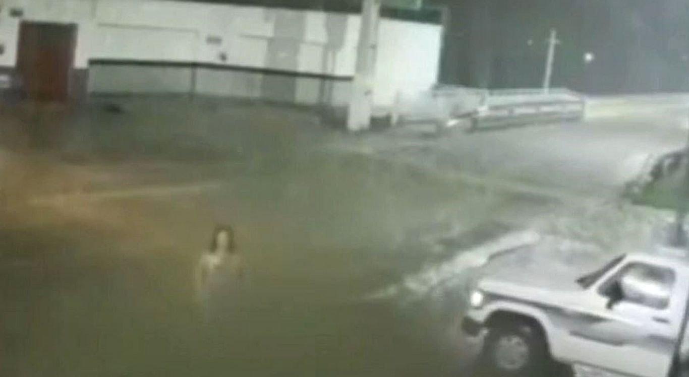 """Mulher """"desaparece"""" em imagens de câmera de segurança."""