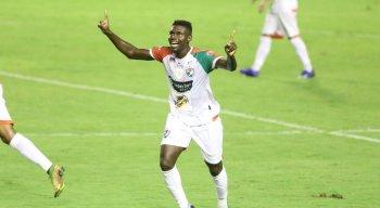 Leozão marcou um dos gols do Salgueiro na vitória contra o Sport na Ilha do Retiro