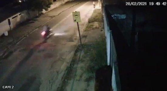 Motociclista perde o controle e morre após passar por quebra-molas; veja vídeo