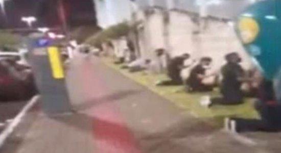 Vídeo mostra pessoas fazendo corrente de oração em volta de hospital