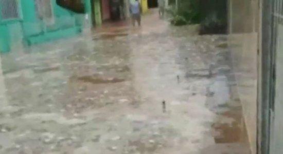 Cano da Compesa estoura e deixa rua alagada em Cabo de Santo Agostinho
