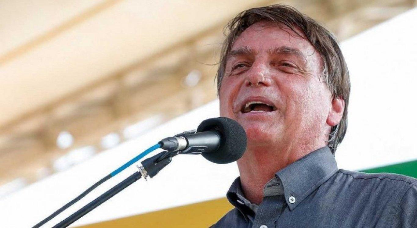 Bolsonaro critica medidas de restrição em meio a recorde de mortes por Covid-19.