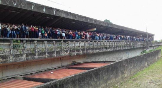 Metrô do Recife: falha na Estação Coqueiral gera aglomeração; veja vídeo
