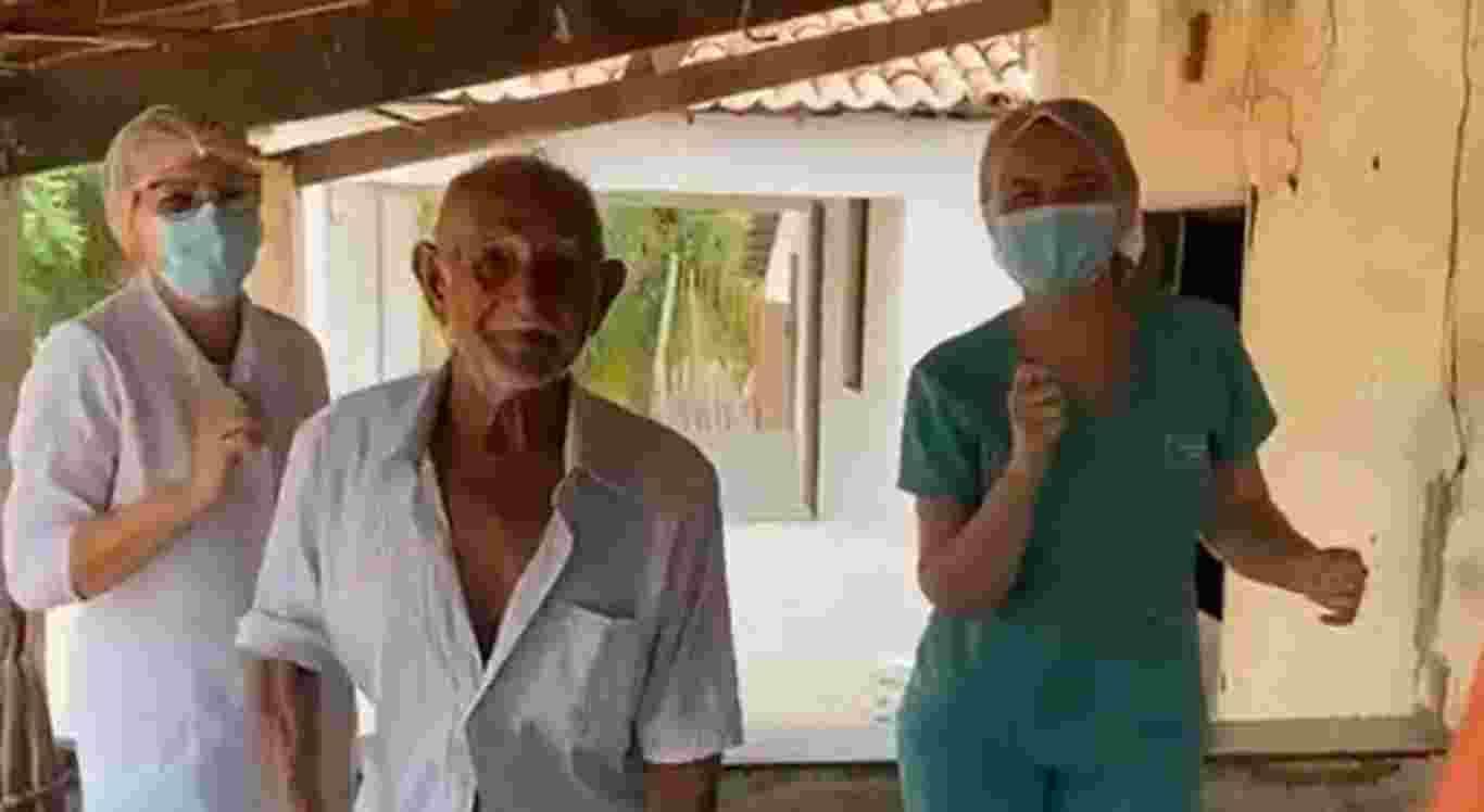 O agricultou comemorou a vacina contra a Covid-19 dançando