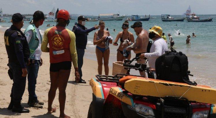 Agentes tentam orientar banhistas em Porto de Galinhas