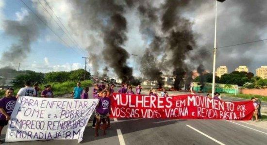 Dia da Mulher: Protesto na BR-101 complica trânsito e fluxo de ônibus no Terminal do Barro, no Recife