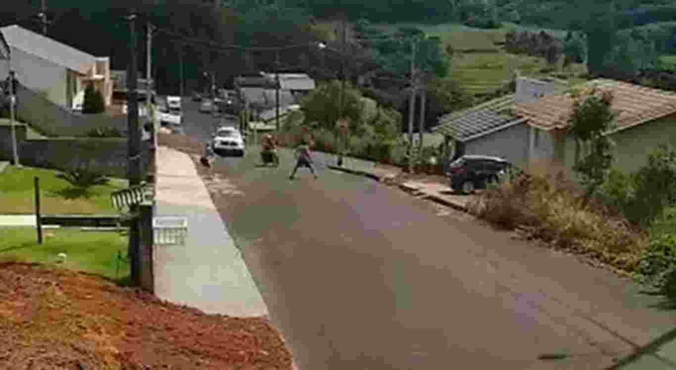 O homem se atira na frente da moto para impedir a fuga