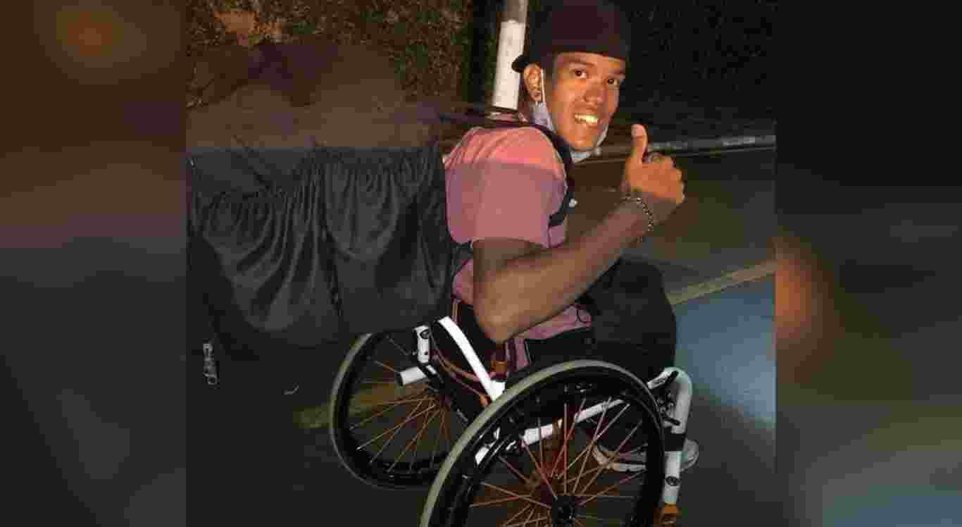 Caíque Palma de Souza, de 23 anos, faz entregas com cadeira de rodas