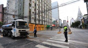 Com o impacto, o motorista do ônibus perdeu o controle do veículo e invadiu a calçada, destruindo o fiteiro
