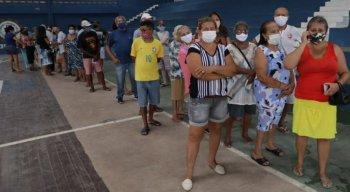 Idosos se aglomeram na tentativa de receber a vacina contra a covid-19 em Paulista