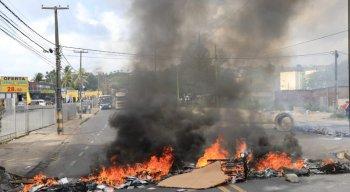 Para chamar a atenção das autoridades, os moradores atearam fogo impedindo a passagem dos veículos