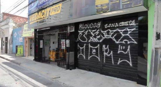 Lojas e casas são alvo de pichações no bairro da Madalena
