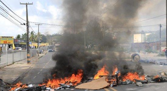 Famílias que moram em palafitas em Cajueiro fazem protesto para cobrar construção de habitacional