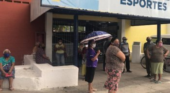 Idosos ficam na porta sem conseguir vacina em Paulista