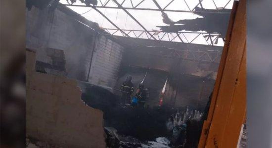 Chamas destruíram o teto e materiais que estavam armazenados na loja de colchões.