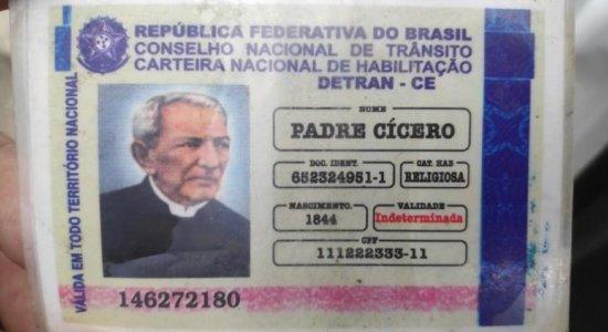 Parado em blitz, idoso apresenta CNH falsa de Padre Cícero, em Alagoas