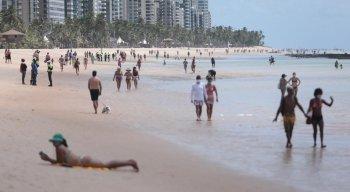 Movimentação na praia de Boa Viagem, na Zona Sul do Recife