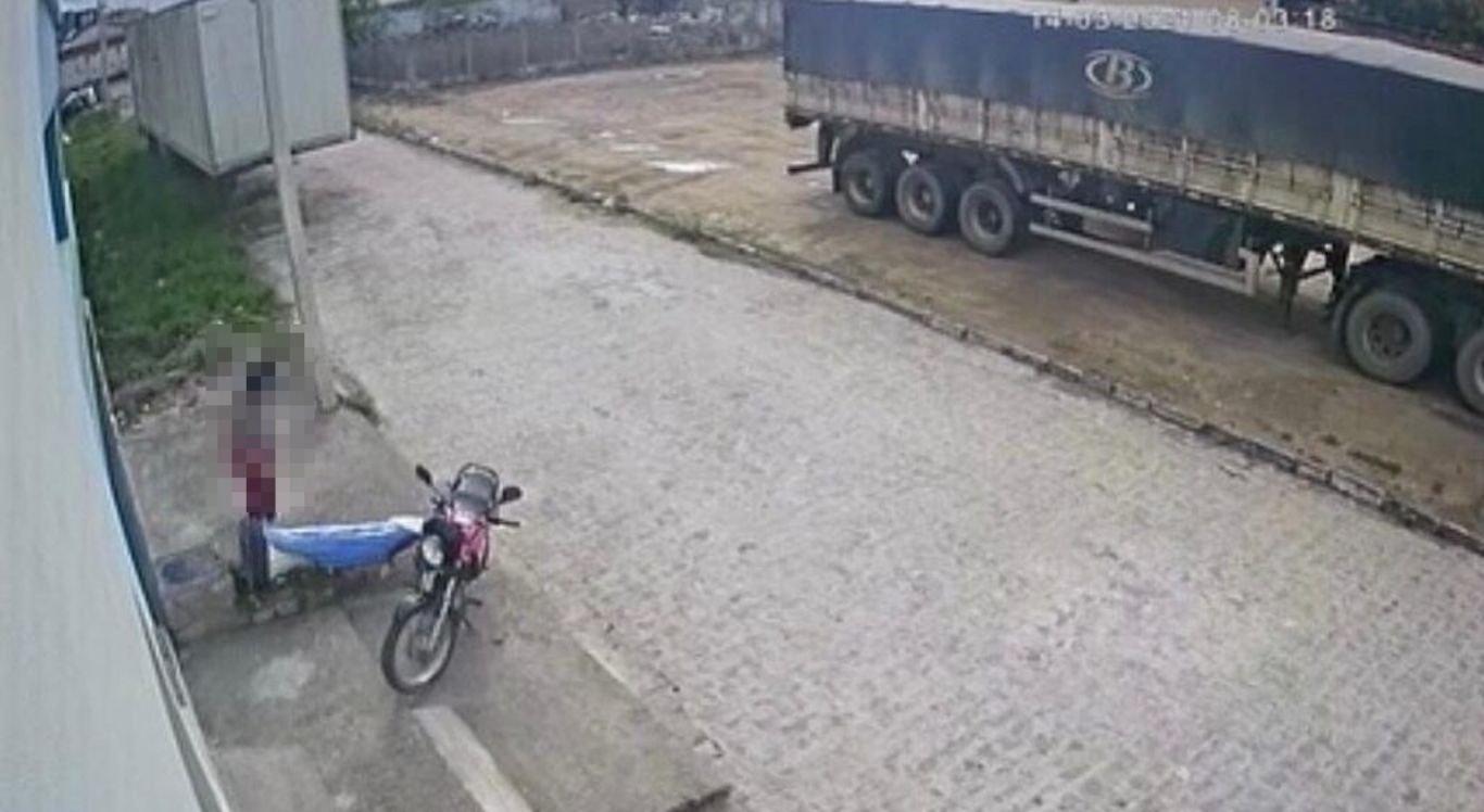 Santa caí próximo a moto, em calçada de rádio.