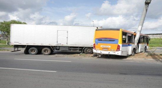 Acidente deixa cerca de 12 passageiros de ônibus feridos na BR-101, em Igarassu