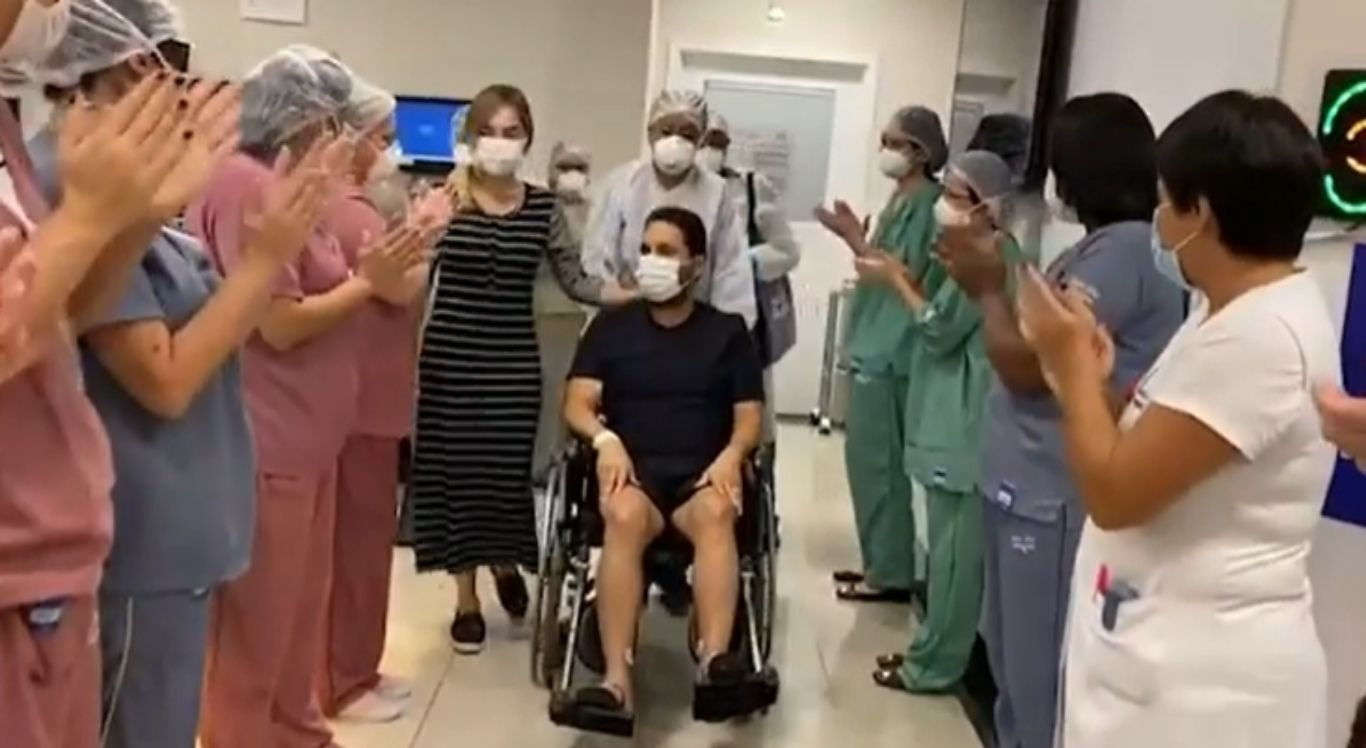 Edson é aplaudido pela equipe médica ao deixar a UTI.